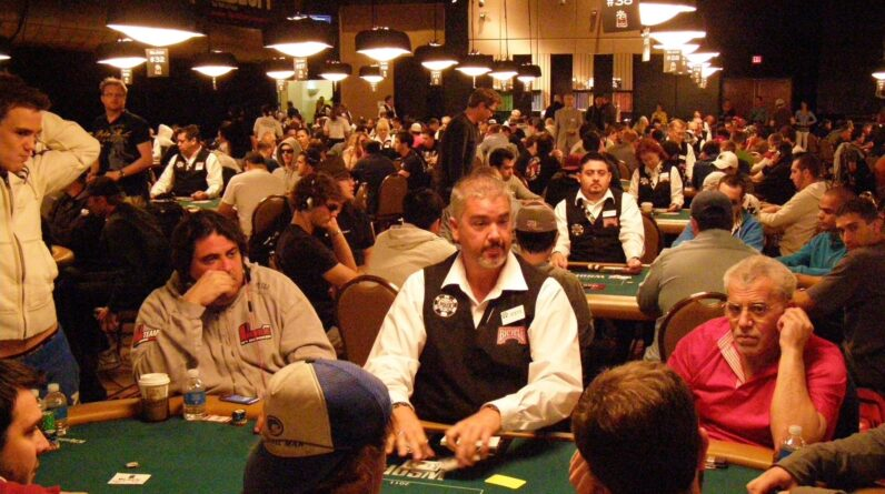 how do poker tournaments work