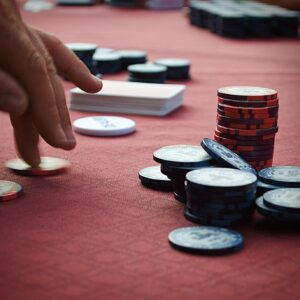 who wins if two players have the same hand in poker